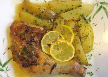 Cuisses de poulet avec des pommes de terre à la grecque