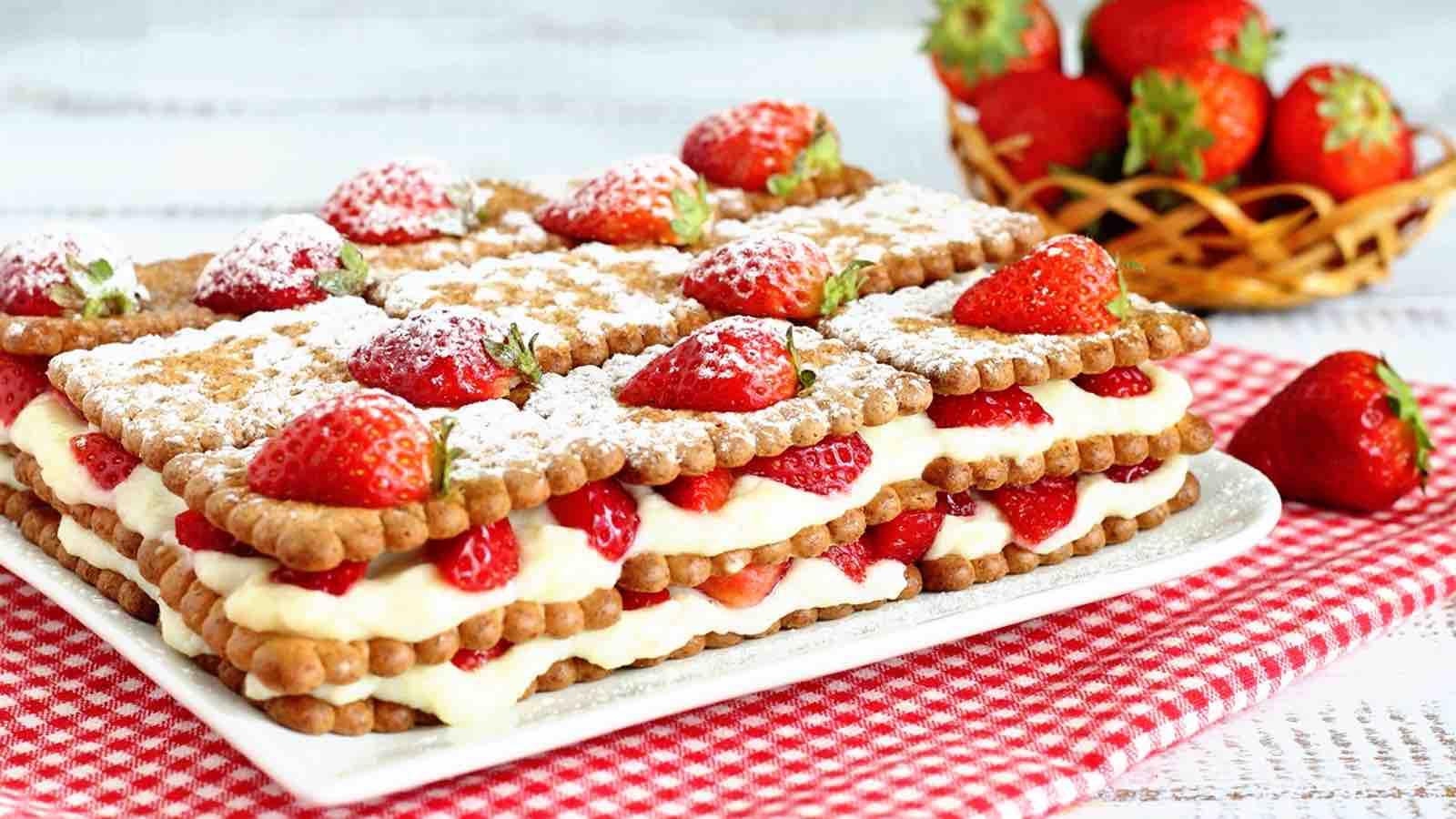 Gâteau aux Petit Beurre et fraises et à la crème