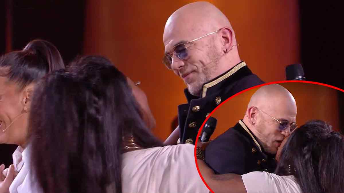 VIDEO The Voice : Pascal Obispo embrasse une candidate ? Grosse bourde en direct !